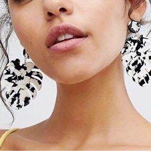 Jewelry - 💕New! Palm drop acrylic resin earrings💕